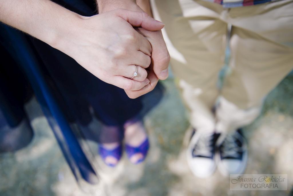 dłonie z pierścionkiem zaręczynowym