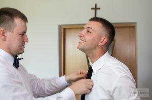 przygotowania ślubne u młodego