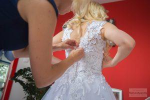 suknia panny młodej na przygotowaniach ślubnych