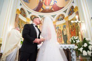 zdjęcie ślubne w kościele w warszawie