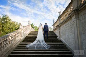 fotografia ślubna na schodach w wilanowie