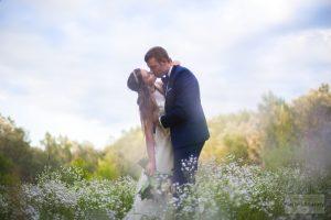 plener ślubny na łace nad wisłą