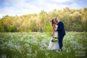 zdjęcia ślubny na łące