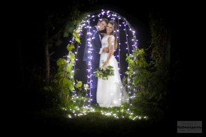 zdjęcie ślubne z lampkami