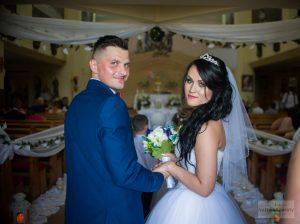 zdjęcie ślubne przed kościołem fanciszków